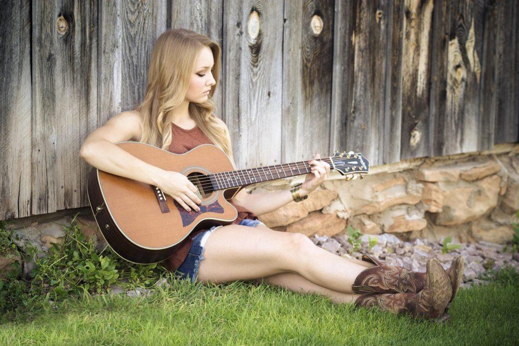 Qu'est ce que le solfège, femme qui joue de la guitare